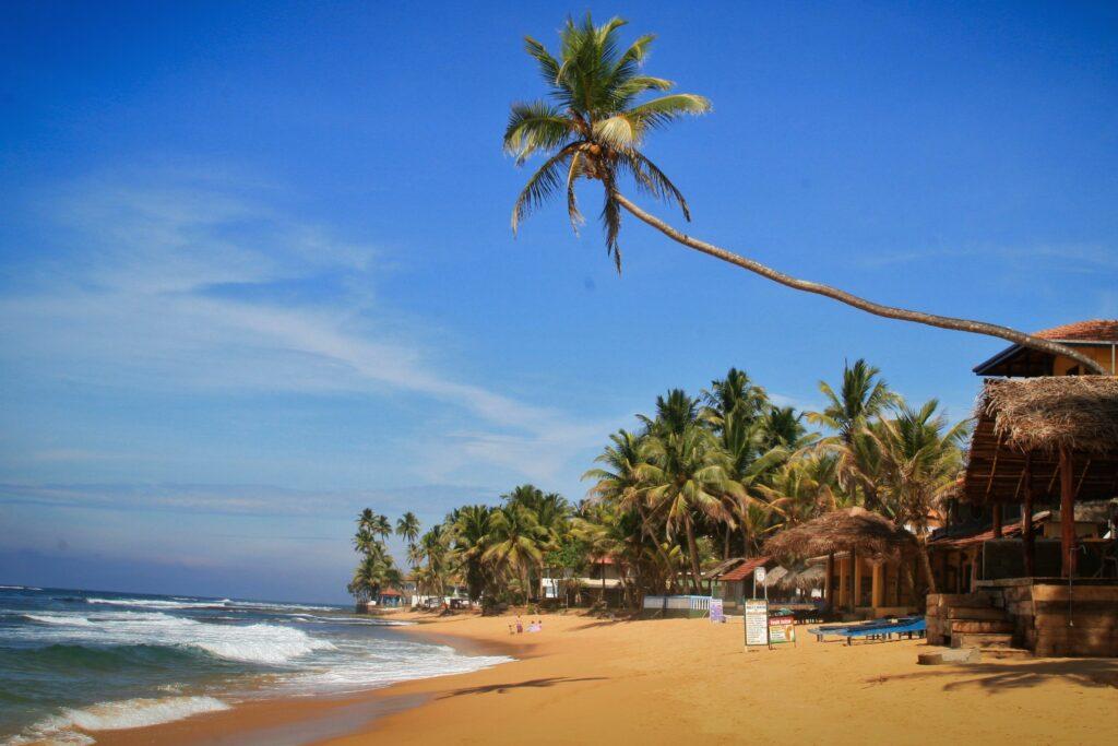 Het strand van Hikkaduwa tijdens backpacken in Sri Lanka.