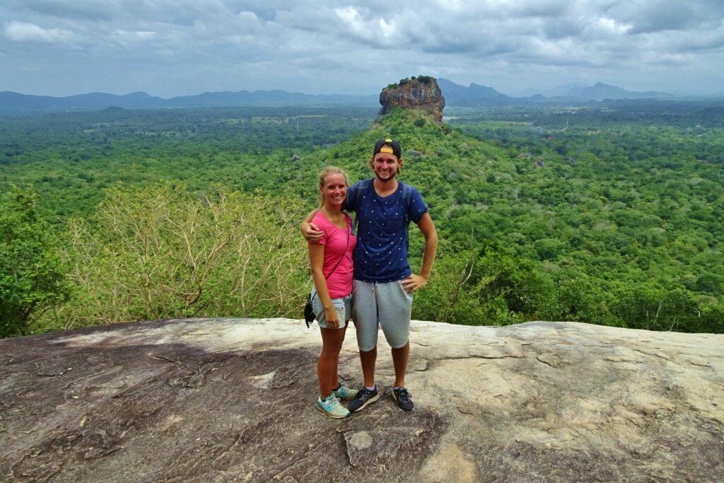 Een letterlijk hoogtepunt van backpacken in Sri Lanka, het uitzicht vanaf Pidurangala op de Lion Rock.