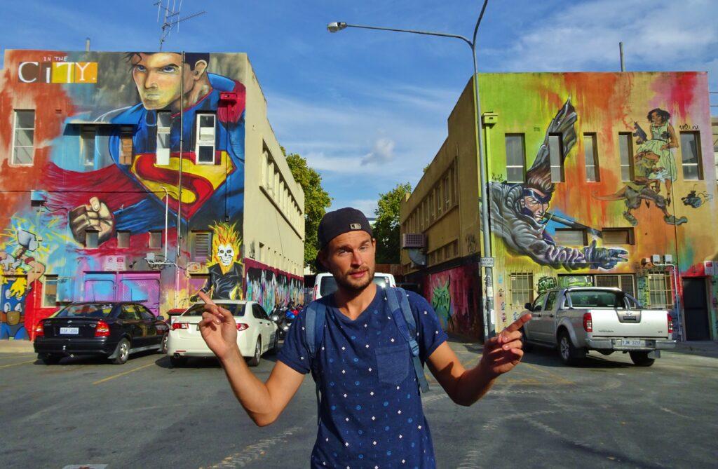 Backpacken van Melbourne naar Canberra, kleurrijke straat.