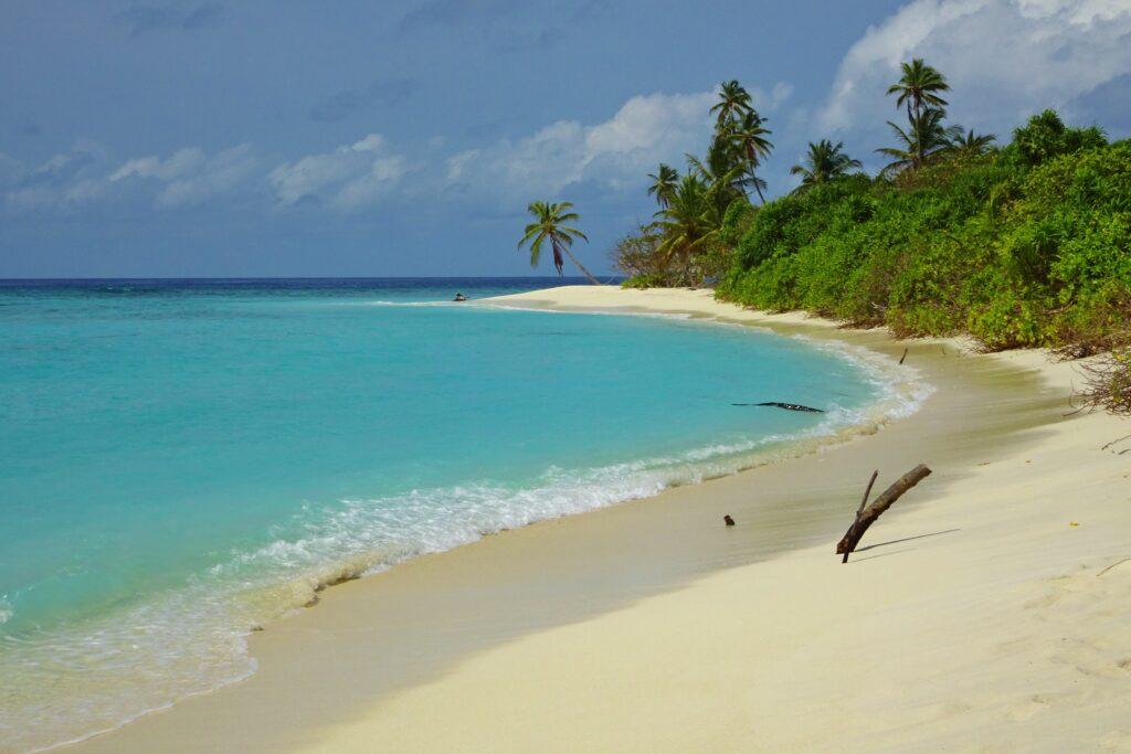 Verlaten stranden op afgelegen eilanden tijdens het backpacken in de Malediven.