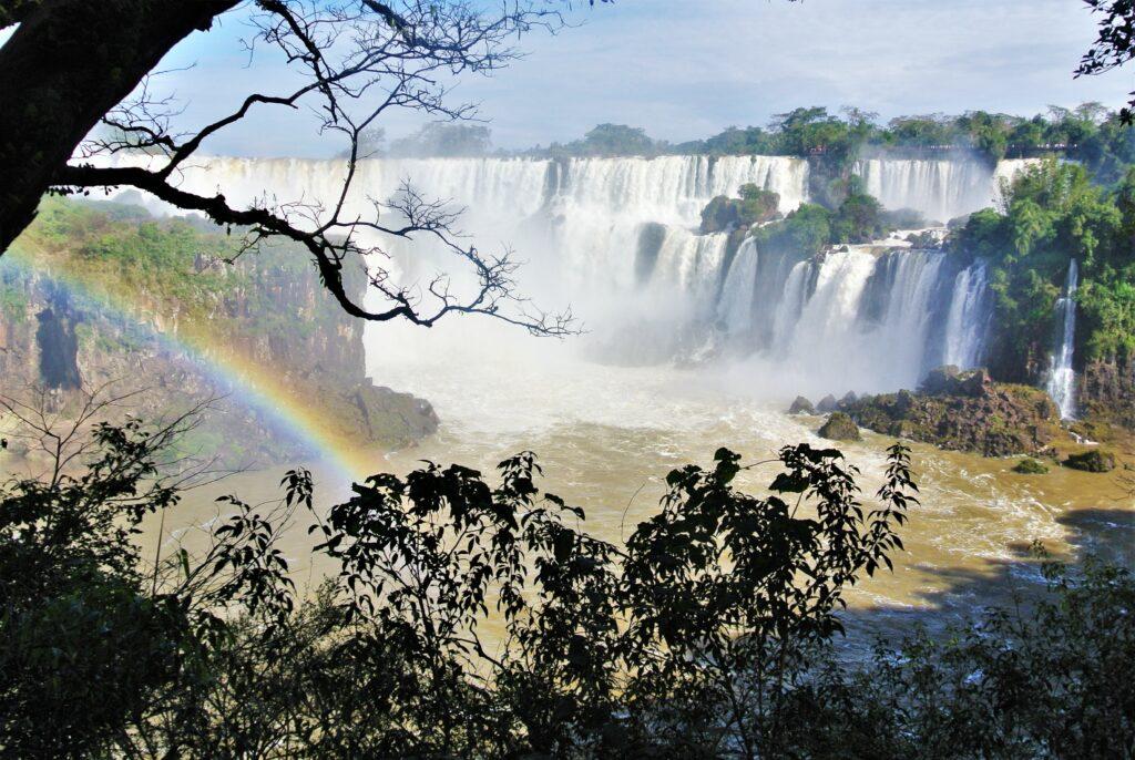 De Iguazú watervallen gezien vanaf een uitkijkpunt in het National Park