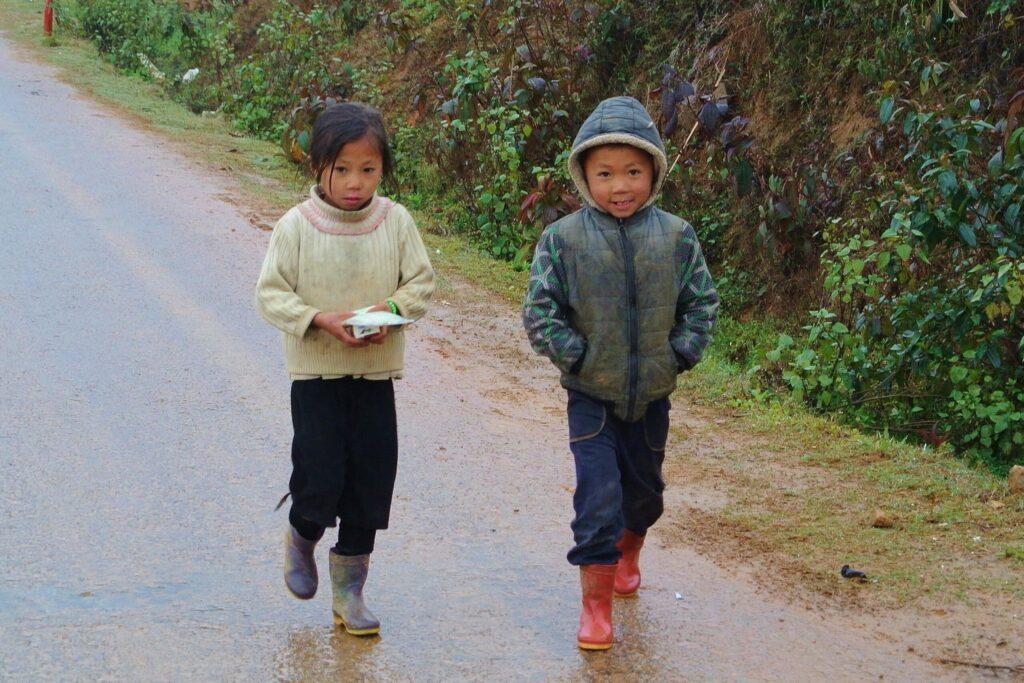 Kinderen in Ta Phin, een traditioneel dorp in Vietnam