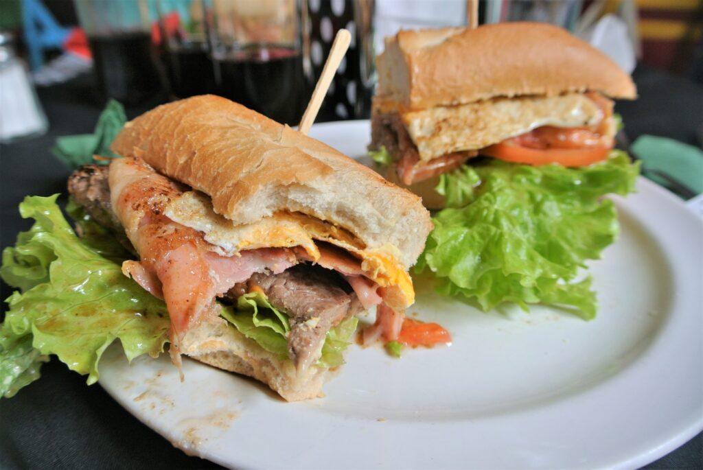 Chivito is het meest typische broodje van Uruguay